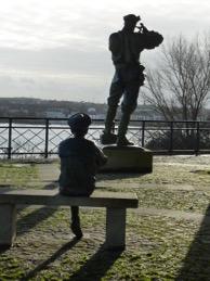 Élisabeth Cibot, Nemo et Jules Verne enfant, 2005, bronze, Nantes, square du commandant-Aubin, rue de l'Hermitage Photographies: http://mobilismobile.free.fr
