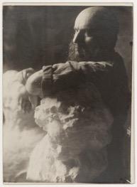Antoine Bourdelle (1861-1929), Autoportrait avec Beethoven, vers 1908, tirage au gélatino-bromure d'argent, Paris, musée Bourdelle © Musée Bourdelle/Roger Viollet.