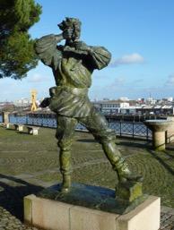 Élisabeth Cibot, Nemo, 2005, bronze, Nantes, square du commandant-Aubin, rue de l'Hermitage Photographies: http://mobilismobile.free.fr